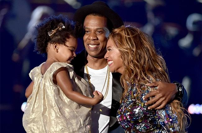 Beyonce%2C+Jay-Z%2C+and+their+daughter+Blue+Ivy+come+up+to+accept+Beyonce%27s+award+together.%0D%0A%0D%0Asource%3A+http%3A%2F%2Fwww.billboard.com%2Farticles%2Fevents%2Fvma%2F6229182%2Fbeyonce-performance-vma-vanguard-award-watch